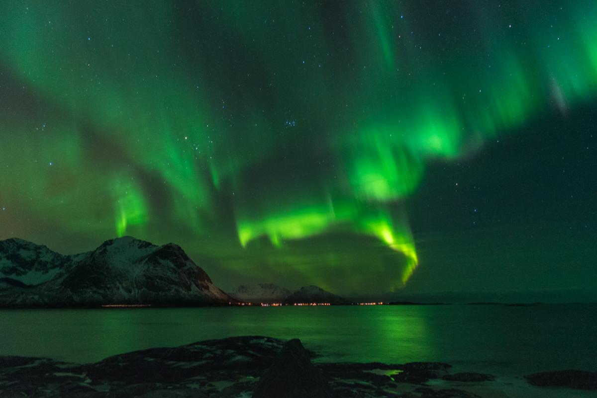 Noorderlicht IJsland: Vanuit onze zon worden voortdurend elektrisch geladen deeltjes de ruimte in geslingerd, de zonnewind genaamd.