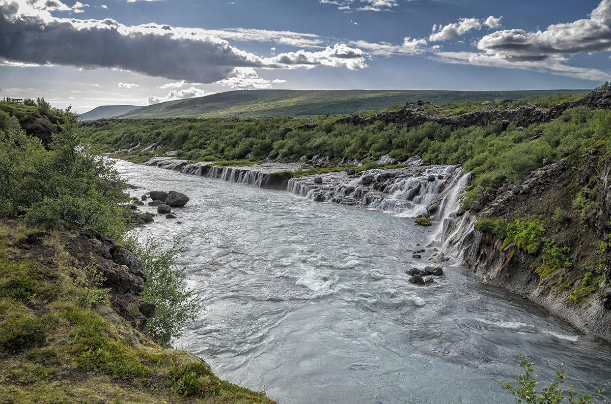 Hvítá rivier en Hraunfossar waterval  wat 'lavawatervallen' betekend).